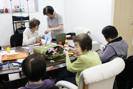 大阪市城東区にある少人数制のアットホームな「リトリートデイサービス成育」のホームページヘようこそ。 当施設は少人数だからこそできる手の行き届いた介助と、生活スタイルに合わせたサービスを提供しております。 利用者様の自主性を大切にしておりますので、モノ作り・カラオケ・クッキングなど多彩なレクリエーションは自由参加で、お風呂はゆったり入っていただけるよう個別浴にしております。貸農園で栽培している無農薬野菜を一部施設で使用もしております。いつまでも元気でいきいきと生活できるよう、当スタッフがお手伝いいたします。お気軽にお越しください。